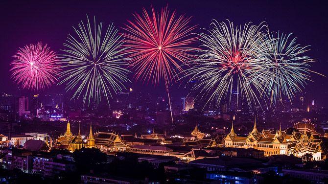праздники в Таиланде: фейерверк над центром Бангкока во время празднования для отца