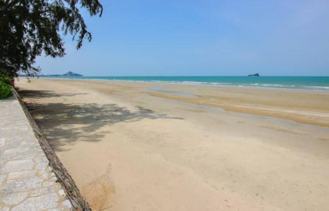 так выглядит безлюдный пляж Као Тао около кондоминиума Wan Vayla Condo в Хуахине