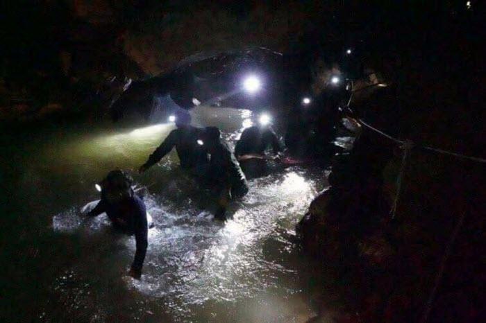 Спасатели нашли тайскую юношескую футбольную команду в пещере Тхам Луанг. Дети спасены!