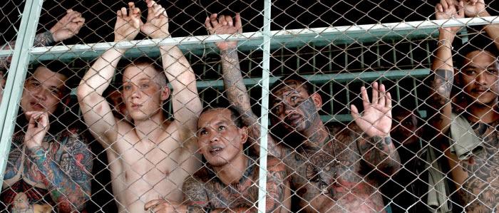 Сцена из фильма Предрассветная молитва, когда зеки в тайской тюрьме шумно приветствуют сексуальных заключенных леди-боев