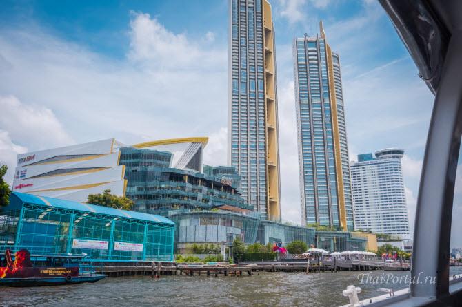 вид на бангкокский торговый центр Icon Siam с лодки, плывущей по реке Чаупхрая