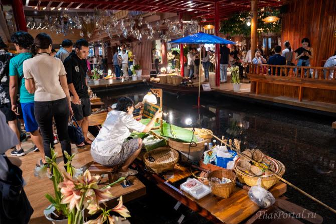 торговля традиционными тайскими товарами и блюдами с импровизированных лодок внутри IconSiam в Бангкоке