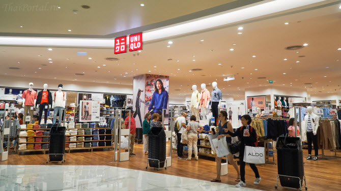 Магазин японской розничной сети повседневной одежды  Uniqlo в торговом центре IconSiam в Бангкоке