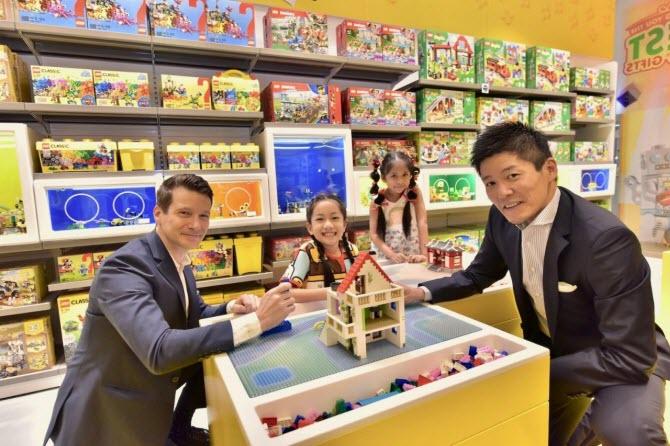 Atsushi Hasegawa, глава Lego Singapore и Arden Feschuk и коммерческий директор DKSH (Thailand) анонсируют открытие первого официального магазина Лего в Таиланде
