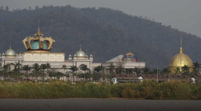 вид с реки Меконг на казино Blue Shield Casino, подконтрольное китайской мафии на территории Лаоса в Золотом Треугольнике