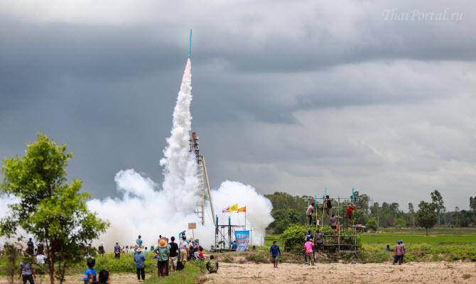 ракета взлетает в небо во время празднования фестиваля ракет Bun Bang Fai в Исане