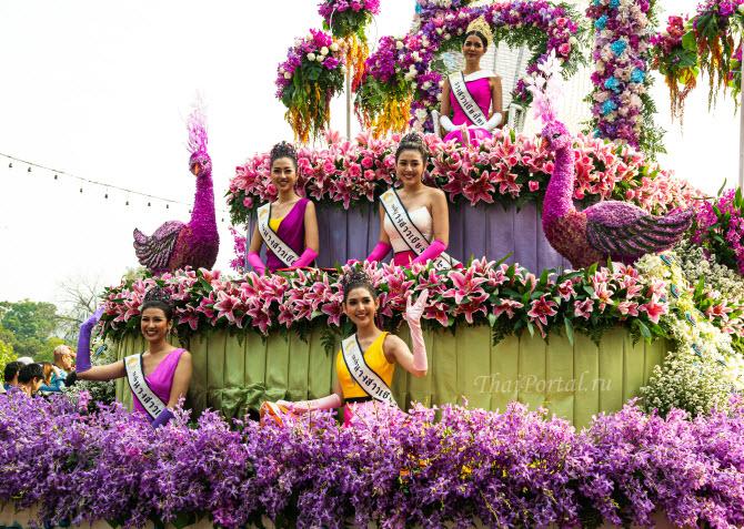 тайские красотки-претендентки на звание мисс фестиваля цветов в чиангмае позируют людям во время праздничной процессии