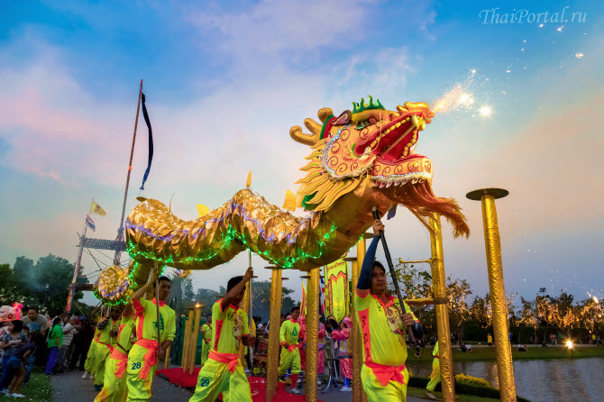 празднующие изображают танец дракона на улицах во время празднования китайского нового года в Бангкоке, столице Таиланда
