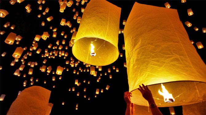 праздники в Таиланде: запуск китайских фонариков в небо Бангкока во время празднования Нового года