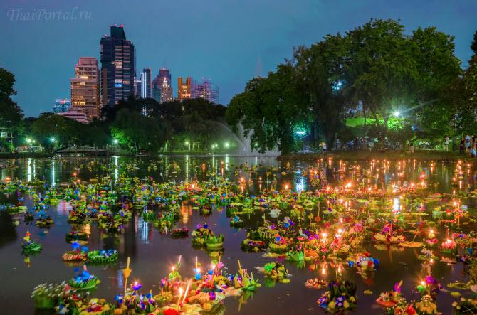 поверхность воды, на которой плавают красочные кратонги, ночью в Бангкоке во время празднования фестиваля Лойкратхонг