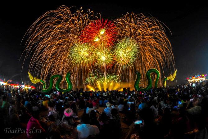 грандиозный фейерверк в честь фестиваля огненных шаров над рекой Меконг вблизи тайского северного города Нонгкхай