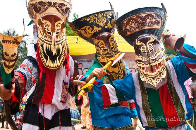фестивали и праздники в Таиланде часто отражают мистические представления народа: люди, одеты в маски духов, на праздновании фестиваля призраков Пи Та Кхон в городе Дан Сай, провинция Лей на северо-востоке Таиланда