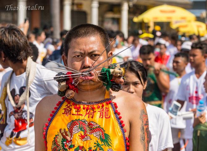 этнический китаец демонстрирует ужасающего вида пирсинг губ и щек во время вегетарианского фестиваля на Пхукете