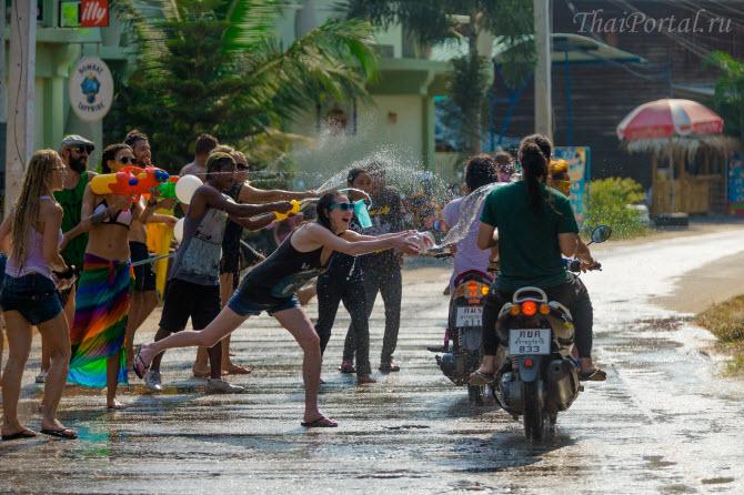 празднование Сонгкрана на острове Пханган