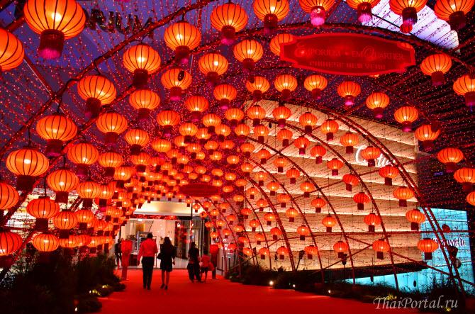 красные китайские фонарики на входе в торговый центр Emporium в Бангкоке во время празднования Китайского Нового года