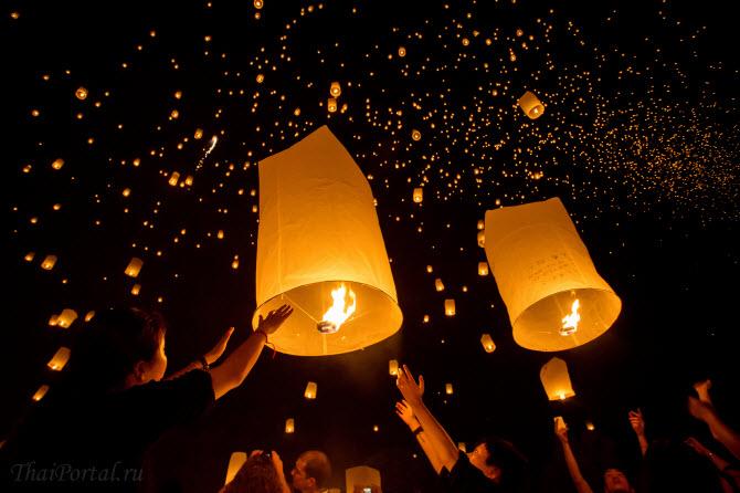 запуск фонарей в небо ночью в городе Чиангмай во время фестиваля света Йи Пенг