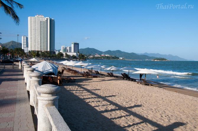 так выглядит пляж Нячанга и набережная днем, провинция Кханьхоа, Вьетнам