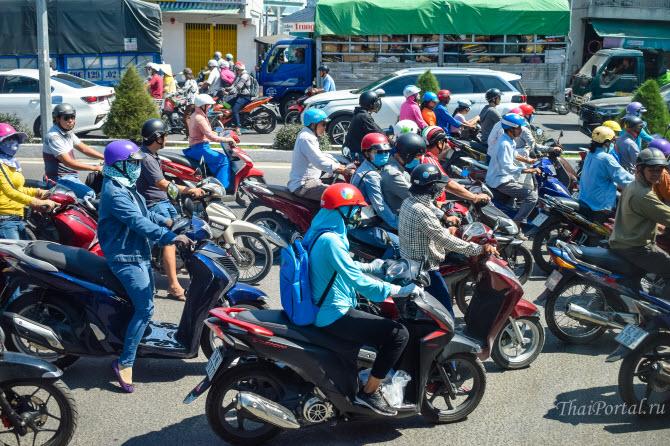 толпа мотоциклистов на улице Нячанга, вьетнамского курорта