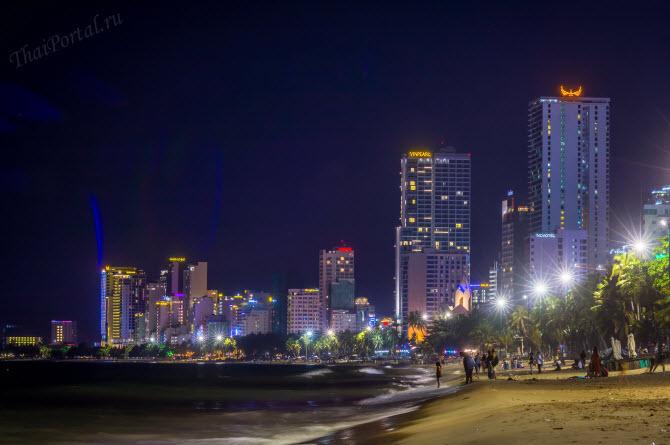 Вьетнамский город Нячанг, городской пляж и море ночью