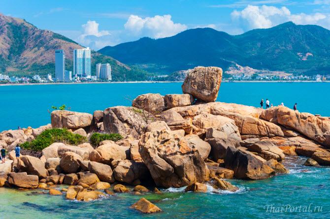 вид с каменного мыса в саду камней Хон Чонг на бухту Нячанга