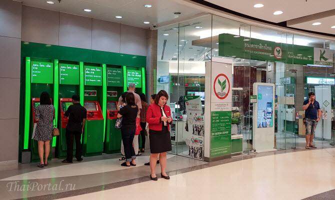 тайцы снимают наличные в банкоматах тайского банка Kasikorn