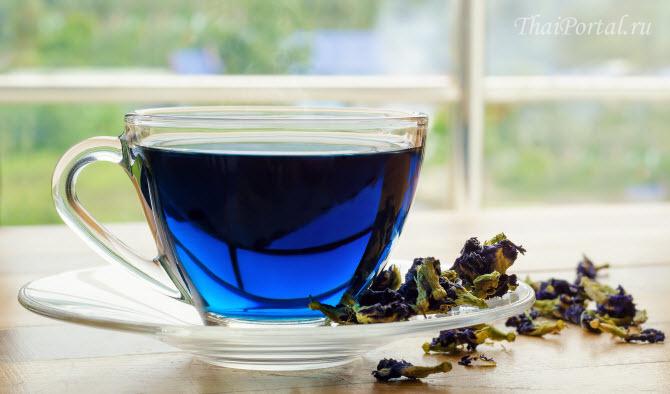 синий чай анчан заварен в чашке, сухие лепестки цветов clitoria ternatea лежат на блюдечке