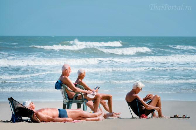 западные пенсионеры наслаждаются обеспеченной старостью на пляже в Таиланде