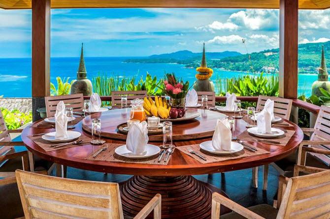 круглый обеденный стол с видом на море в столовой виллы Horizon на острове Пхукет