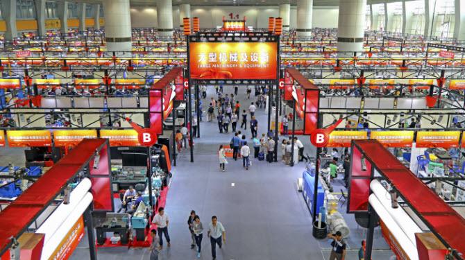 Внутри самой известной товарной выставки в Китае - Кантонской ярмарки - Canton Fair в городе Гуанчжоу, провинции Гуандун на юге Китая