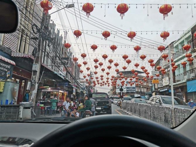 улица в Паттайе украшена к Китайскому Новому году красными китайскими фонариками - февраль 2020 года