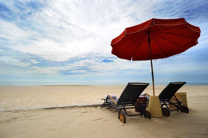 многие тайские пляжи чудесны, как, например, пляжи Хуахина на этом фото - большой красный зонт и два шезлонга