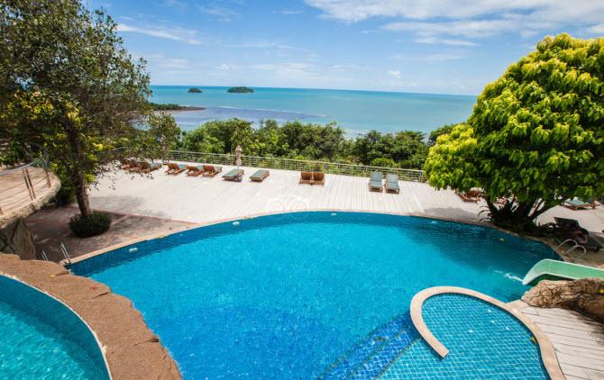 вид из бассейна на море в отеле Sea View Koh Chang на острове Чанг, провинция Транг, Таиланд