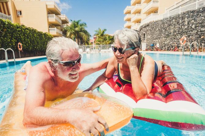 так может выглядеть выход на пенсию в тропическом раю: пожилая пара радостно плескается в бассейне