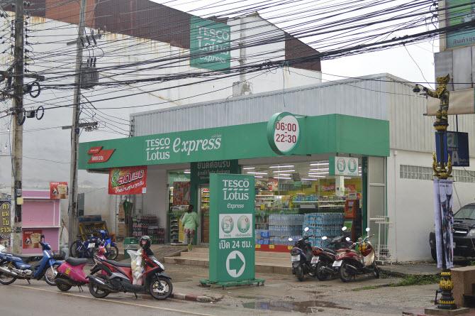 типичный мини-маркет Tesco Lotus Express в тайском городе