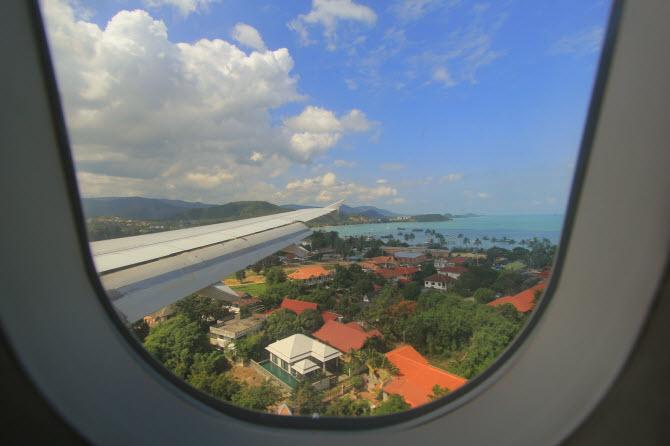 так выглядит остров Самуи из иллюминатора приземляющегося самолета - не забудьте захватить паспорт вакцинации от коронавируса